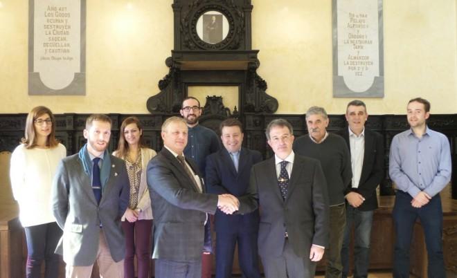 El equipo de Gobierno de Astorga y varios concejales del PAL reciben al director del Centro Ruso de Ciencia y Cultura, Eduardo Socolov (S. G.)