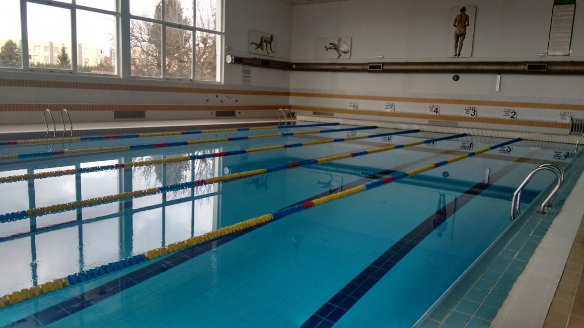 La piscina climatizada reabre tras las obras en las duchas for Temperatura piscina climatizada