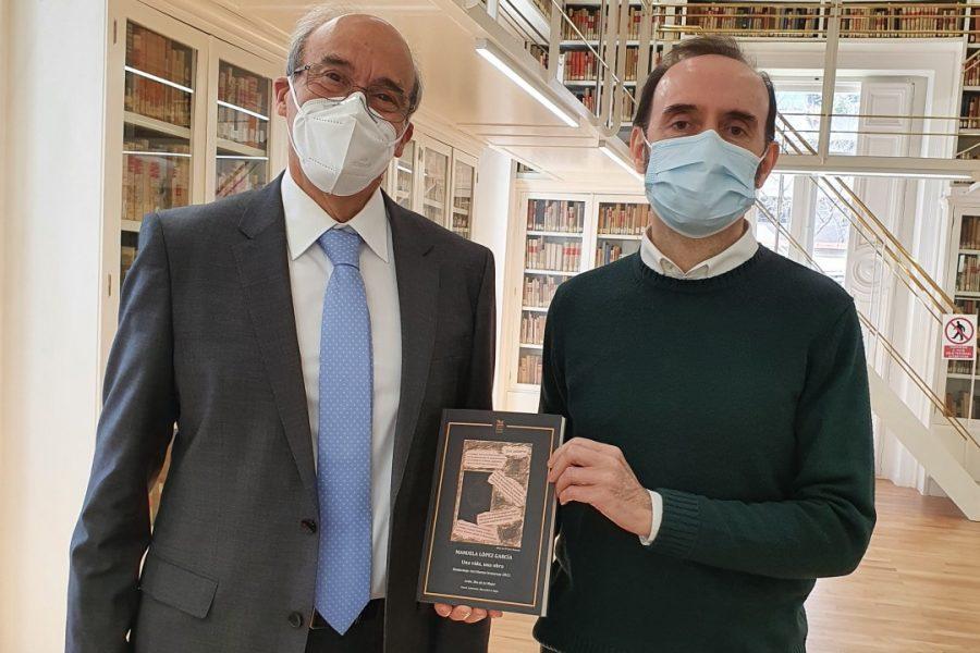 4. Enrique López López (hijo de Manolita) y Jorge Magdaleno Cano (director de la Biblioteca) en el momento de entrega del libro-homenaje a la poeta